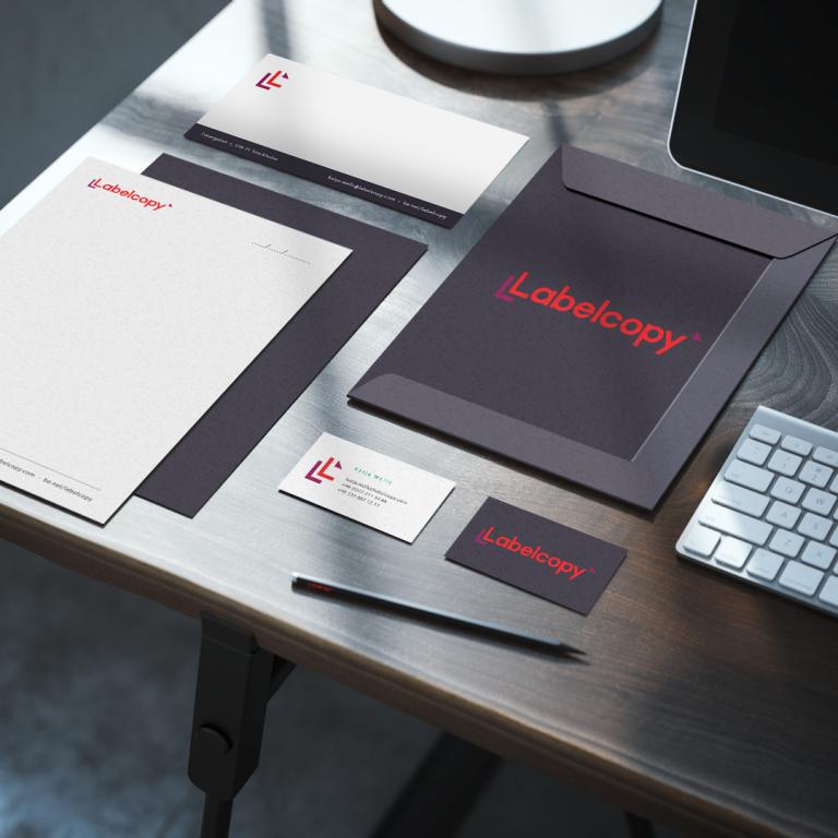 kundlogo_Labelcopy_mockup_desk_square